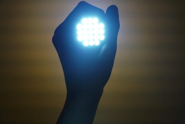 Światło emitowane przez latarki i lampy rowerowe z diodami LED należy do najsilniejszyć źródeł promieniowania o krótkiej długości fali i kolorze niebieskim.