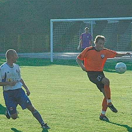 Momentami Czarni mieli problemy z wyprowadzaniem akcji z własnej połowy. Na zdjęciu z piłką Mariusz Kryszak, próbuje przeszkadzać mu Paweł Lis.