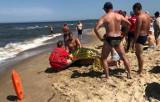 W Gdańsku Sobieszewie topiła się trójka dzieci i ich dziadek. Dramatyczna akcja na plaży. Policjant, który ich uratował, otrzyma nagrodę
