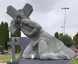 Na cmentarzu parafialnym w Suwałkach niektóre nagrobki to prawdziwe dzieła sztuki