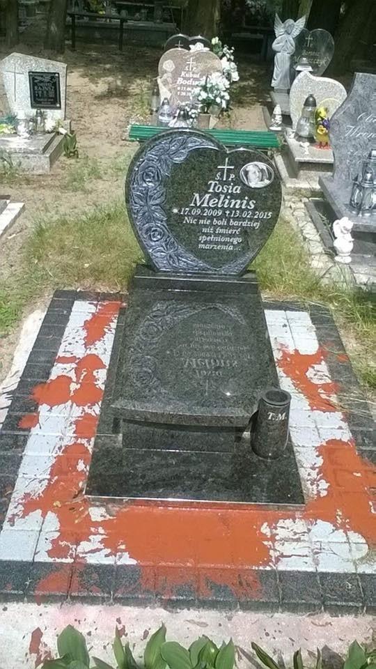Ktoś już 5 raz tak niszczy grób mojej córki - napisała mama Tosi na Facebooku, dodając to zdjęcie