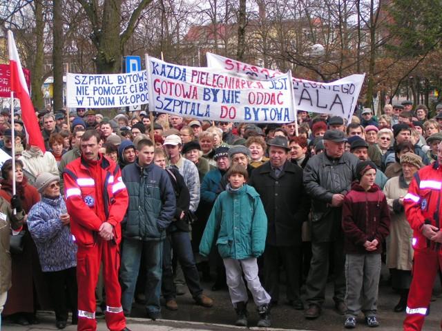 Wspominamy walkę społeczeństwa miasteckiego o utrzymanie samodzielności szpitala w Miastku. Kulminacyjnym momentem działań w obronie szpitala był protestacyjny marsz, który odbył się w Miastku w sobotę, 27 marca 2004 roku.