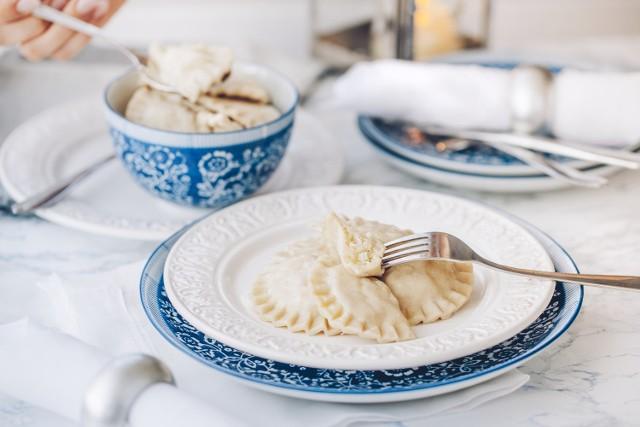 Na świątecznym stole nie może zabraknąć pierogów. Sprawdźcie przepisy na pierogi. Przygotowaliśmy dla Was zestawienie przepisów na pierogi, m.in. na pierogi z kapustą i serem i pierogi z kapustą i grzybami.