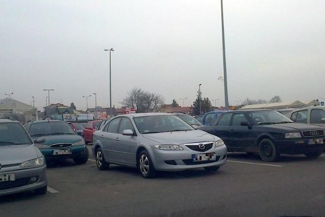 Elegancka mazda musiała sprawiać kłopoty z parkowaniem