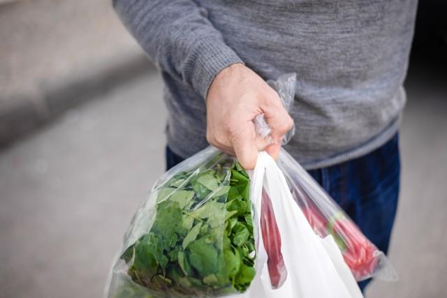 6 na 10 polskich konsumentów uważa, że pobieranie opłaty za reklamówki jest uzasadnione.