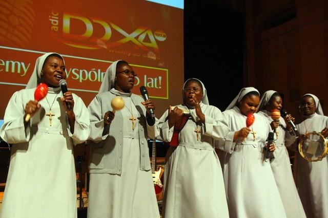"""Na uroczystej fecie siostry z Kamerunu zaśpiewały """"Arkę"""" w jednym z afrykańskich narzeczy."""