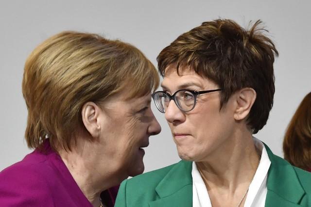 Annegret Kramp-Karrenbauer (z prawej) zastąpi Angelę Merkel