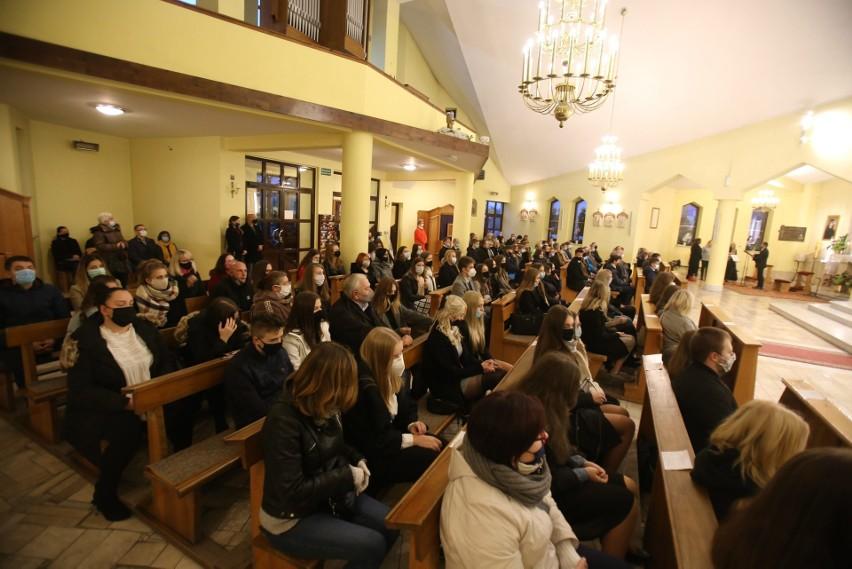 Bierzmowanie i poświęcenie ołtarza w parafii NMP Nieustającej Pomocy w Sosnowcu.Zobacz kolejne zdjęcia/plansze. Przesuwaj zdjęcia w prawo - naciśnij strzałkę lub przycisk NASTĘPNE