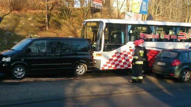 Ciężarówka staranowała  auta w Kościerzynie