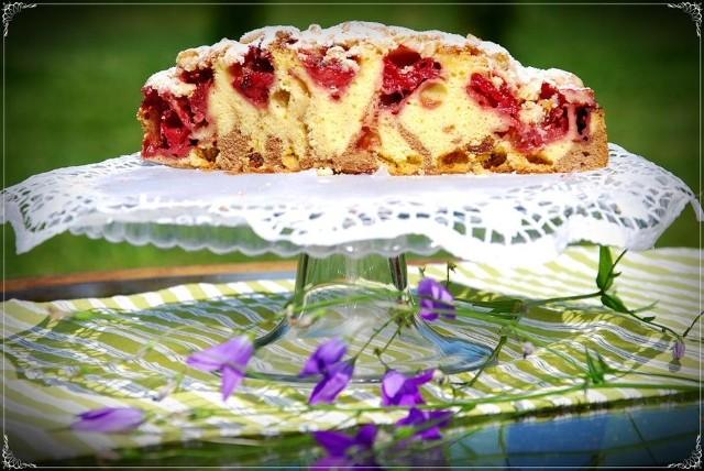 Ciasto ucierane z truskawkami, jabłkami i kruszoną. Zobaczcie przepis.