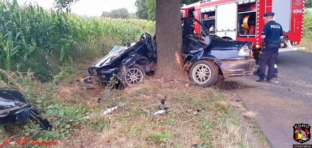 Jak już informowaliśmy, w poniedziałkowe popołudnie w miejscowości Sukowy (gmina Kruszwica) doszło do bardzo groźnego wypadku. Samochód marki BMW wręcz owinął się wokół drzewa. - Po dotarciu na miejsce zdarzenia i szybkim rozpoznaniu ustalono, iż samochodem podróżowały dwie osoby i są uwięzione w aucie. Niezwłocznie przystąpiliśmy do uwalniania osób z pojazdu za pomocą narzędzi hydraulicznych. Po uwolnieniu z pojazdu, dwóch mężczyzn przekazaliśmy przybyłym na miejsce Zespołom Ratownictwa Medycznego - relacjonują strażacy z OSP Kruszwica. Na miejsce wezwane został dwa śmigłowice Lotniczego Pogotowia Ratunkowego z Bydgoszczy i Poznania. - Po udzieleniu na miejscu pomocy medycznej poszkodowani w ciężkim stanie zostali przetransportowani przez śmigłowce do szpitali - dodają strażacy.