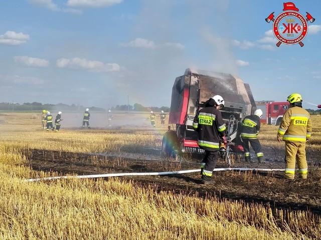 Pożar prasy na polu w Trzebczu Szlacheckim gasili strażacy m.in. z OSP w Trzebczu Szlacheckim i Kijewie Królewskim