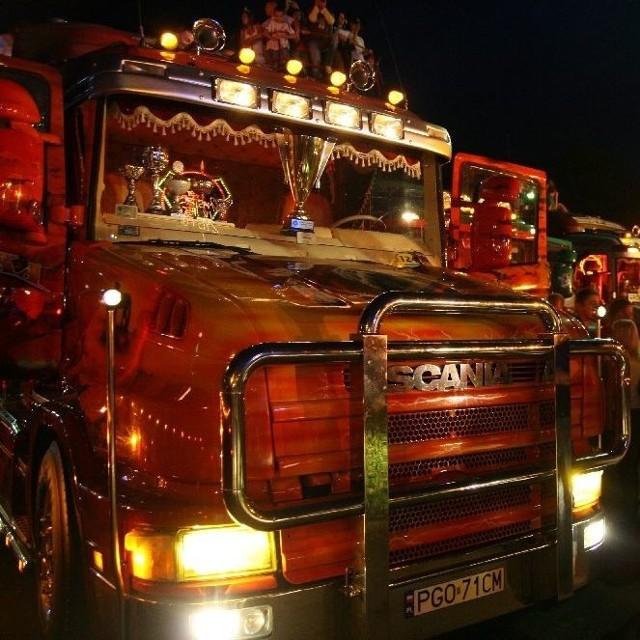 Muster Truck 2008 w Opolu - konkurs na najladniej oświetloną ciezarówke zlotu.