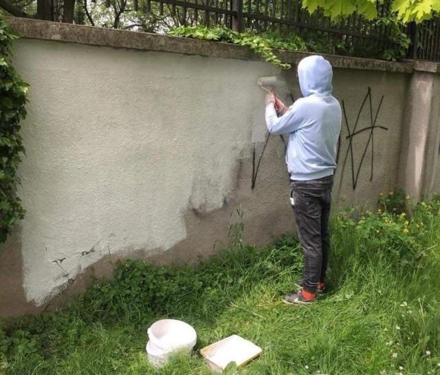 """Dwaj mężczyźni, którzy zbezcześcili mur frontowy okalający zabytkowy cmentarz żydowski w Oświęcimiu, umieszczając na nim symbole nazistowskie: litery SS oraz swastykę oraz trzeci, który zdewastował boczny fragment muru za pomocą umieszczonych tam napisów, a także monument upamiętniający przedwojenną Wielką Synagogę przy ul. Berka Joselewicza naprawili zniszczenia i """"pobrali nauki"""" w Centrum Żydowskim"""