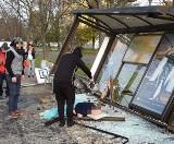 Wypadek we Wrocławiu. Samochód staranował przystanek. Ranne małe dzieci. Kierowca zatrzymany