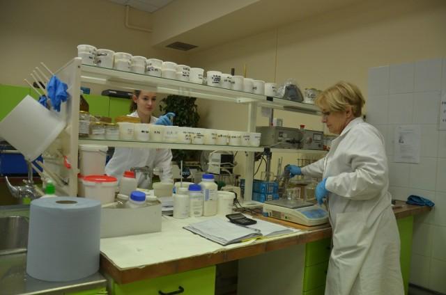 Maria Żuchlińska i Monika Wrzesińska(z prawej) kontrolują zachowanie się komponentów w farbie i jej cechy użytkowe po połączeniu z produkowanym w D&R składnikiem.