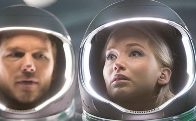"""""""Pasażerowie"""": Aurora (Jennifer Lawrence) i Jim (Chris Pratt) lecą do innej galaktyki"""