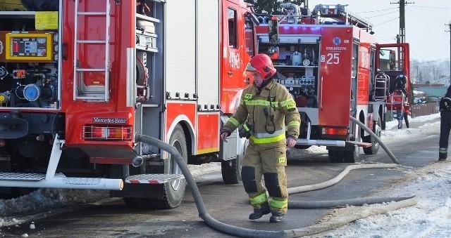 Strażacy prowadzili działania gaśnicze zarówno wewnątrz jak i na zewnątrz obiektu