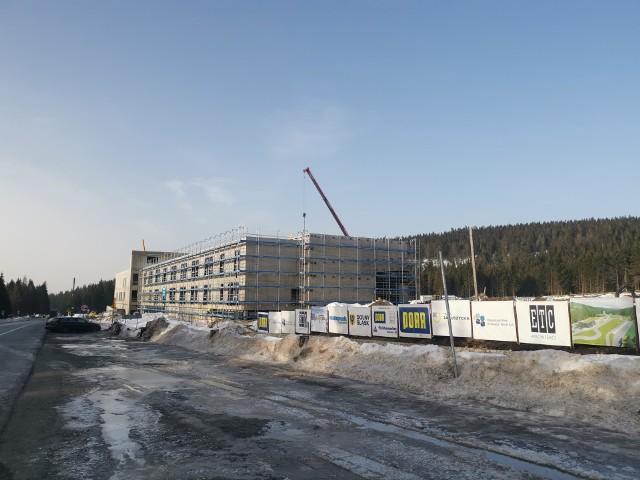 DOLNOŚLĄSKIE CENTRUM SPORTU W JAKUSZYCACH - NOWE ZDJĘCIA Z BUDOWY (MARZEC 2021)Budowa Dolnośląskiego Centrum Sportu na Polanie Jakuszyckiej nie zwalnia tempa. Aktualnie trwa m.in. betonowanie schodów zewnętrznych, montaż okien, powstaje trybuna, trwają prace murarskie. Montowane są też urządzenia kotłowni. Dolnośląskie Centrum Sportu będzie najnowocześniejszym w Polsce i Europie ośrodkiem biathlonowym i narciarstwa biegowego. Ma być gotowe latem 2021 roku. Koszt inwestycji to 140 milionów złotych. Zobacz nowe zdjęcia z budowy! MARZEC 2021WAŻNE! Kliknij w pierwsze zdjęcie, a do kolejnych przejdziesz za pomocą strzałek lub gestów na telefonie.
