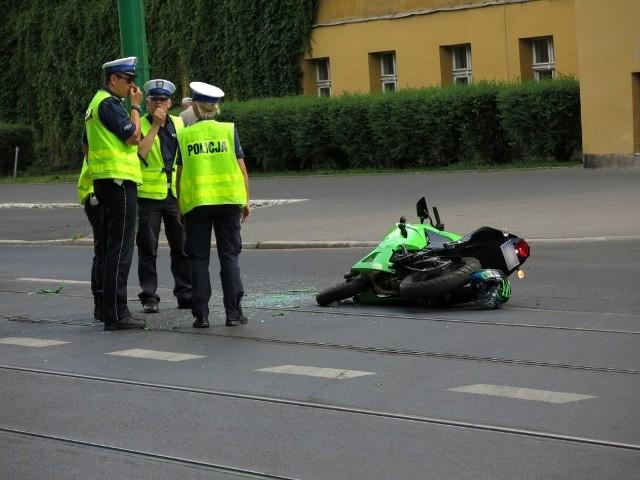 Wypadek na Śniadeckich w Poznaniu: W motocyklistę uderzył samochód