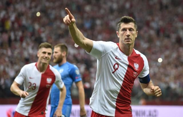 """Trzy bramki zdobyte w sobotnim meczu ligowym z Eintrachtem Frankfurt (24 października) były 22. przypadkiem, kiedy snajper Bayernu Monachium trafiał do siatki trzy razy, albo więcej. Z pewnością nie ostatnim, bo """"Lewy"""" od lat imponuje skutecznością. Co ciekawe, w Lechu Poznań (wcześniejszych klubów nie uwzględniamy) nie udało mu się to ani razu, choć w dwa sezony nastrzelał tam 41 goli, a opuszczał klub jako król strzelców Ekstraklasy. Za to w Borussii Dortmund, Bayernie Monachium i reprezentacji (jak na zdjęciu)... Zobacz kolejne zdjęcia. Przesuwaj zdjęcia w prawo - naciśnij strzałkę lub przycisk NASTĘPNE"""