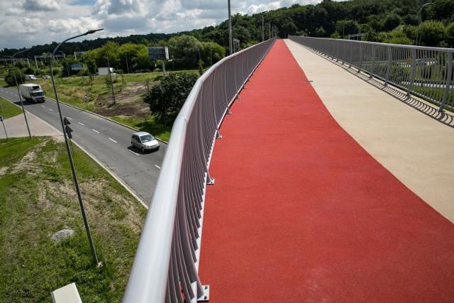 We wtorek (8 czerwca) na kładce pieszo-rowerowej w Podgórzu rozpoczną się prace związane z wymianą nawierzchni – na dwóch jej fragmentach, w części przeznaczonej dla ruchu rowerowego. Jak informuje Zarząd Dróg Miasta Krakowa, roboty potrwają około trzech tygodni.