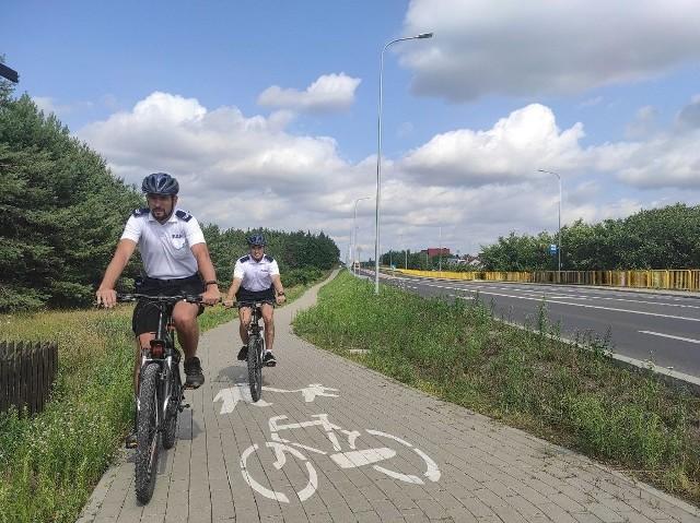Policjanci na rowerach patrolują drogi rowerowe
