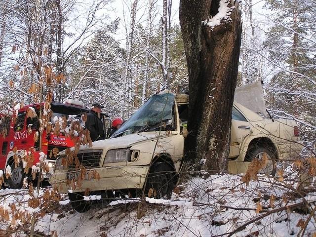 Na trasie Studzienice – Klączno doszlo do wypadku. Kierowca osobowego mercedesa stracil panowanie nad pojazdem na śliskiej i cześciowo zaśniezonej nawierzchni. Samochód bokiem od strony kierowcy uderzyl w drzewo i doslownie owinąl sie wokól niego.