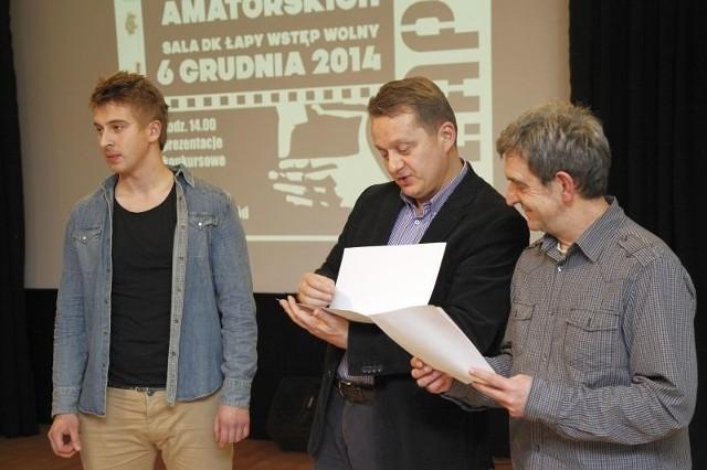 """Jerzy Kalina (w środku), Dariusz Szada - Borzyszkowski (z prawej) przyznają wyróżnienie Robertowi Pawłuszewiczowi z Gdańska za film """"Synek""""."""
