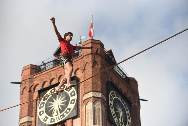 W piątek (21 czerwca), w ramach Dni Torunia, na starówce zorganizowano Speedline Cup Toruń - międzynarodowe zawody najszybszych linoskoczków na  świecie. Zawodnicy zaprezentowali swoje popisy nad głowami widzów - na linach rozwieszonych między Ratuszem Staromiejskim a Dworem Artusa. Podczas akrobatycznych zmagań nie brakowało dreszczyku emocji oraz muzycznych akcentów.