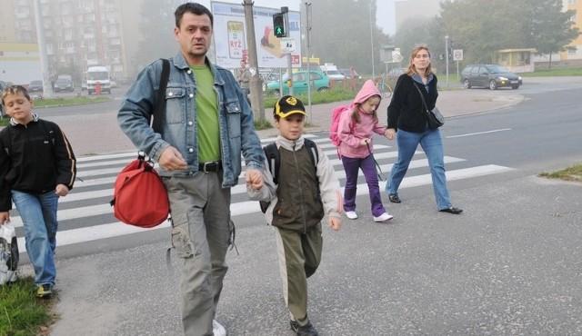 Daniel Oleksa boi się o syna i sam przeprowadza go przez niebezpieczne skrzyżowanie.