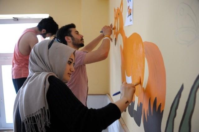 Malowanie szpitalnych ścian to dla zagranicznych studentów ciekawe przeżycie i dobra zabawa