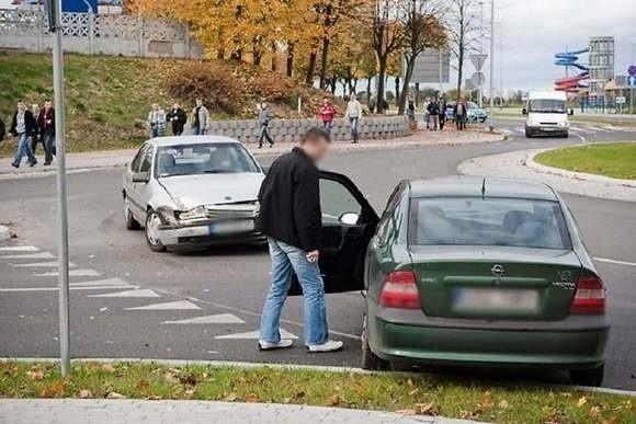 Z powodu różnej interpretacji przepisów na rondach przy ul. Grunwaldzkiej dochodzi do kolizji.