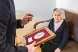 Raciniewo. 100-letnia Jadwiga Waszewska z Medalem Unitas Durat od marszałka województwa. Zdjęcia