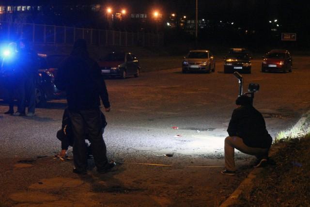 """Pijany i uzbrojony policjant po służbie z furią zaatakował rywala. Oddał do niego aż 31 strzałów ze służbowego pistoletu. To cud, że skończyło się """"jedynie"""" na ranach nóg. Tak twierdzą śledczy. Przypuszcza się, że policjant dlatego ostrzelał swego adwersarza, ponieważ podejrzewał, iż ma romans z jego żoną. Funkcjonariusz, który oczywiście z hukiem wyleciał ze służby w policji, usłyszał zarzut usiłowania zabójstwa, za co grozi nawet dożywocie. Niejako przy okazji policjant ostrzelał sąsiedni dom, w którym przebywał ojciec z dwójką małych dzieci. Stąd dodatkowe zarzuty dla policjanta narażenia całej trójki na utratę życia lub na ciężki uszczerbek na zdrowiu. Akt oskarżenia w tej niecodziennej sprawie trafił do Sądu Okręgowego w Łodzi.Na ławie oskarżonych zasiądzie mający za sobą 11 lat służby 32-letni Daniel W., który jako aspirant sztabowy pracował w Wydziale ds. Zwalczania Przestępczości Pseudokibiców KMP w Łodzi. Do strzelaniny doszło w piątek 1 grudnia 2017 roku na osiedlu domów jednorodzinnych na Bałutach. Według śledczych, tego dnia policjant spożywał alkohol i wieczorem pokłócił się z żoną, którą podejrzewał o związek pozamałżeński. Podczas awantury doszło do przypadkowego połączenia z telefonu małżonki na telefon jej kolegi Jakuba F., który w ten sposób usłyszał odgłosy sprzeczki i postanowił, że przyjedzie i sprawdzi co się dzieje, mimo że kobieta prosiła go przez telefon, aby tego nie czynił. Czytaj dalej na następnym slajdzie<script class=""""XlinkEmbedScript"""" data-width=""""800"""" data-height=""""450"""" data-url=""""//get.x-link.pl/0067661f-2e70-c0bc-e308-2f69a5227116,fb50751c-255e-ac8d-e9f4-5e0da2075fad,embed.html"""" type=""""application/javascript"""" src=""""//prodxnews1blob.blob.core.windows.net/cdn/js/xlink-i.js?v1""""></script>"""