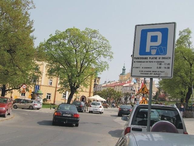 W centrum Przemyśla brakuje miejsc parkingowych. Niedawne rozszerzenie strefy płatnego parkowania i podniesienie opłat nie poprawiło sytuacji.