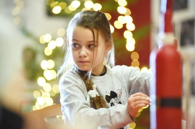 """W sobotę, 14 grudnia 2019 r., w Lubuskim Centrum Winiarstwa w Zaborze, można było poczuć, że Święta Bożego Narodzenia zbliżają się wielkimi krokami. Uczestnicy warsztatów rękodzielniczych przygotowywali świąteczne ozdoby. To już tradycja, że w grudniu, w Lubuskim Centrum Winiarstwa, organizowane są świąteczne warsztaty, których motywem przewodnim jest winiarstwo. Zawsze cieszą się dużą popularnością. W tym roku dzieci i dorośli dekorowali pierniki, przygotowywali piękne kartki z motywami świątecznymi i winiarskimi oraz stroiki z łozy. Pod okiem instruktora ozdabiali też butelki, które mogą być niebanalnym prezentem pod choinkę. Zobacz zwiastun filmu o lubuskim winiarstwie """"Polska Toskania"""":Cały film możesz obejrzeć TUTAJ"""