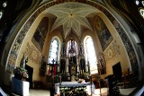 Perełka Osobnicy. Neogotycki kościół ma trzy ołtarze z lwowskiej stolarni. 13 figur z drzewa wyrzeźbili artyści z Tyrolu [ZDJĘCIA]