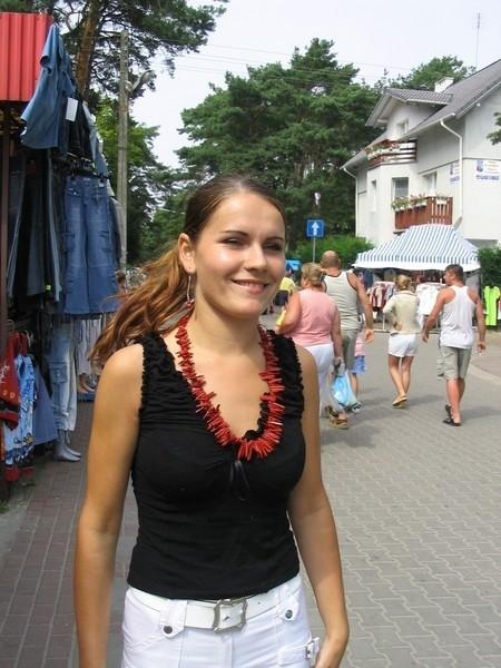 Naszyjnik z koralowca, który ma na sobie Eliza Ziółkowska z Polic kosztuje 160 zł, a kolczyki 16 zł.