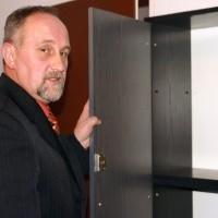 - W gabinecie burmistrza Zalewskiego nie znalazłem żadnych dokumentów - podkreśla Józef Piątek, pokazując puste szafki