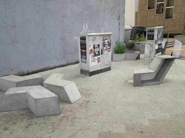 """Tak wygląda instalacja """"Brave"""" na chodniku przy skrzyżowaniu Ruskiej i Kazimierza Wielkiego."""