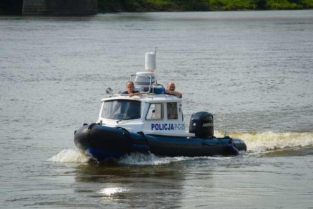 Łódka policyjna może rozpędzić się do 70 km/h. Gdy w grę wchodzi ludzie życie, liczy się każda sekunda