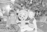 Boże Narodzenie na czarno-białych zdjęciach. Radość dzieci, prezenty, wspólna wigilia, strojenie choinki. Wspominamy piękny czas