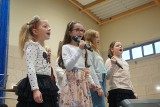 """Koncert finałowy """"Tajniki muzyki"""" w Białobrzegach. Na scenie wystąpili młodzi artyści, zagrała też strażacka orkiestra"""