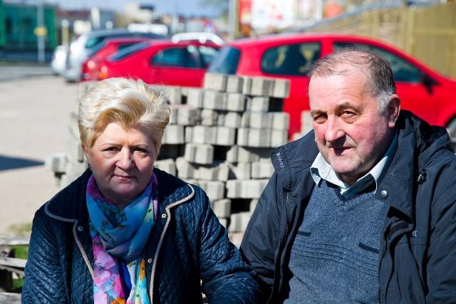 Maria i Józef Bzurowie walczą z prezydentem od 2011 roku. Obok ich domu weselnego nadal leży rozebrana przed sześciu laty kostka brukowa.