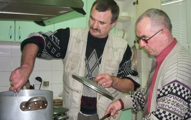 Podopieczni lęborskiej noclegowni sami gotują dla siebie obiady w Dziennym Domu Pomocy.