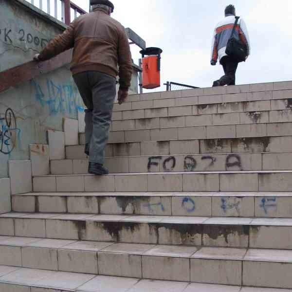 Aluminiowe kratki odwadniające przy schodach w przejściu podziemnym przy ul. Borelowskiego w Przemyślu to atrakcyjny kąsek dla złodziei. Cierpią na tym przechodnie.