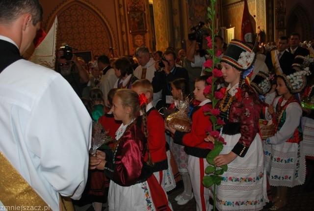 Krótka pielgrzymka kończy się w kościele, na podsumowaniu roku i mszy