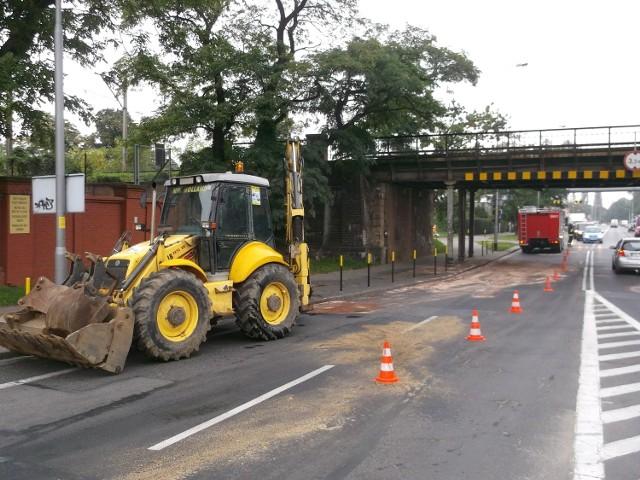Koparka uderzyła w wiadukt przy ulicy Długiej