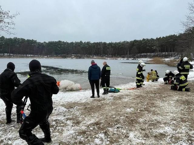 Dzięki szybkiej pomocy Morsów i strażaków udało się wydobyć pilota z wody. Nie odniósł żadnych obrażeń. Teraz może mieć kłopoty, bo policja sprawdza, czy nie złamał para o ruchu lotniczym